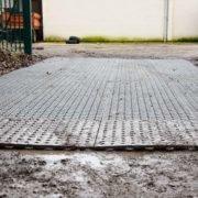 Dalles de stabilisation TR 01 - entrée centre équestre sur sol boueux